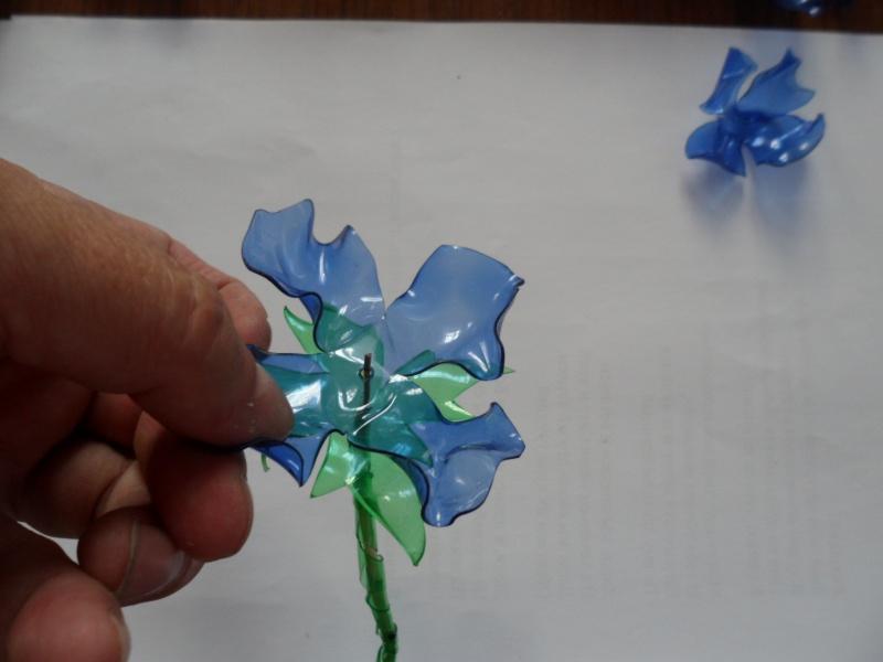 Как сделать цветок из пластиковой бутылки своими руками фото пошагово в
